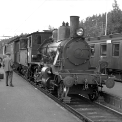 21e No.203 at Nelaug station - 1960. Type 21a No.202 on narrow gauge accommodation bogies. (Norsk Jernbanemuseum)