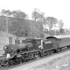 No.377 (21c) on a passenger train at Leangen. (Norsk Jernbanemuseum)