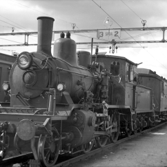 21c No. 376 on a passenger working train from Kragerø at Neslandsvatn station. (Norsk Jernbanemuseum)