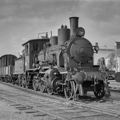 21b No. 370 with freight train to Grong at Namsos station. (Norsk Jernbanemuseum)